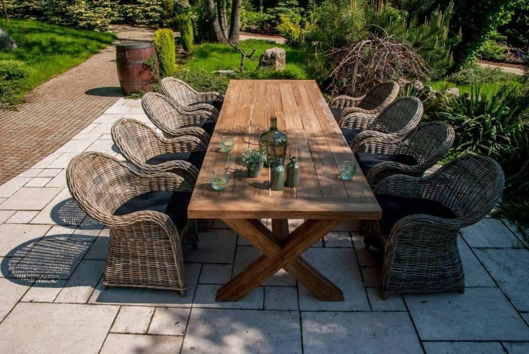 Stół drewniany na taras – centrum ogrodowego relaksu