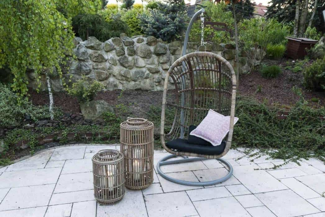 Fotel bujany wiszący – powiew wiosny w ogrodzie