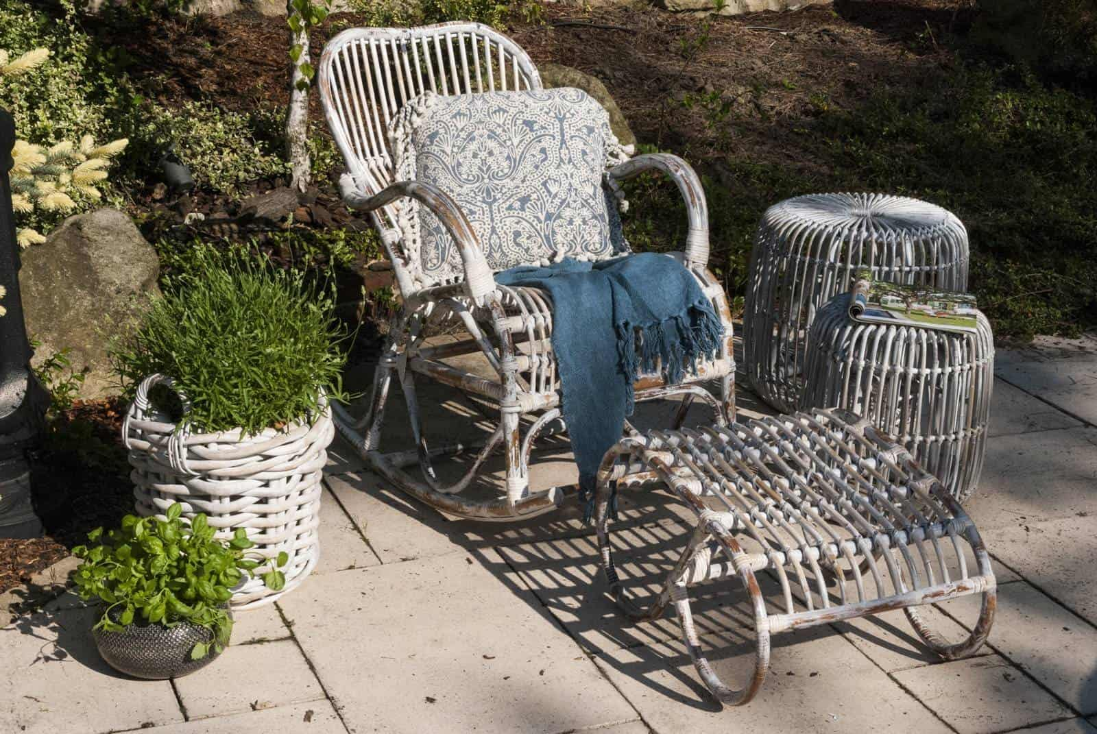 Ogród nowoczesny: inspiracje. Fotel rattanowy bujany MARSEILLE