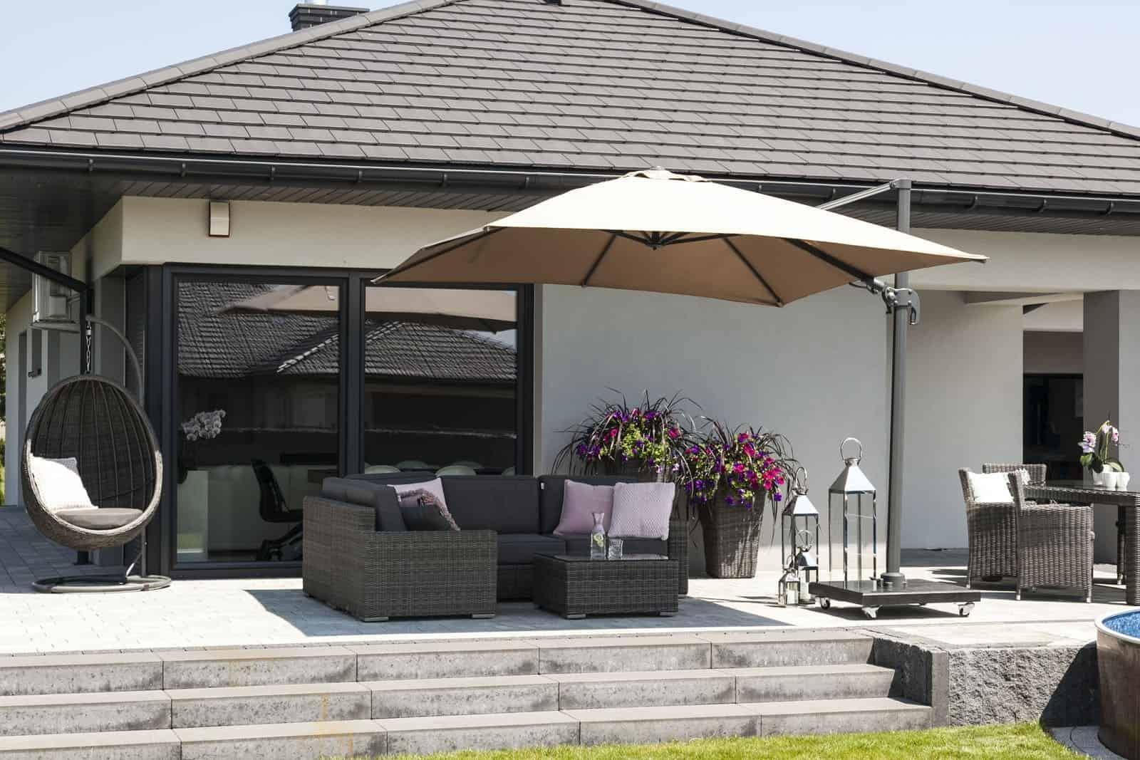 Na zdjęciu zestaw ogrodowy z parasolem - Parasol ogrodowy Solarflex T² 3 x 3