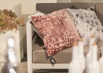 Poduszka dekoracyjna Jermaine czerwona różana 45cm