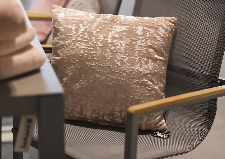 Poduszka dekoracyjna Jermaine różowa vintage 45cm