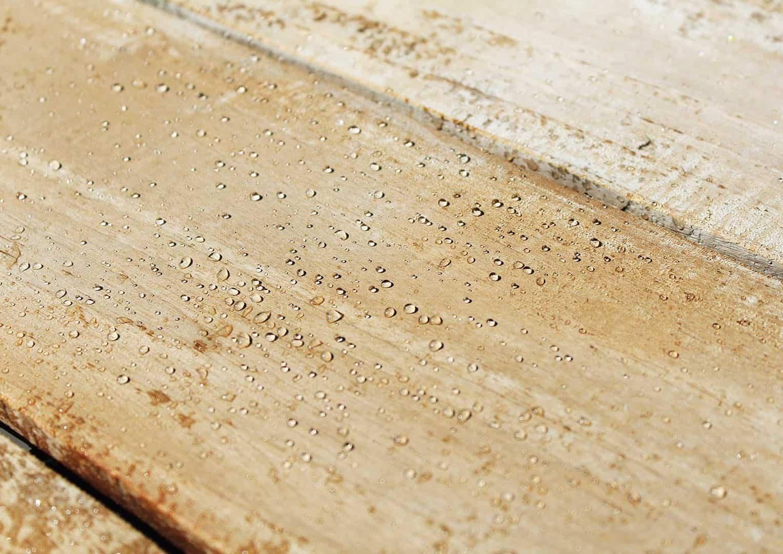 jak dbać o meble tarasowe drewniane - preparaty ochronne