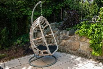 Fotel wiszący do ogrodu NICE biały przecierany